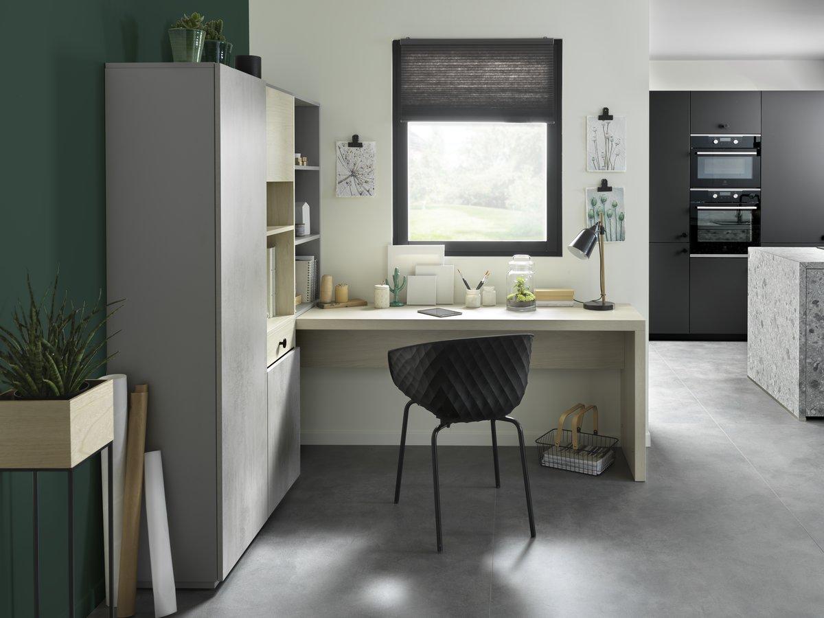 Coin bureau ouvert sur la cuisine et le salon avec mur vert canard