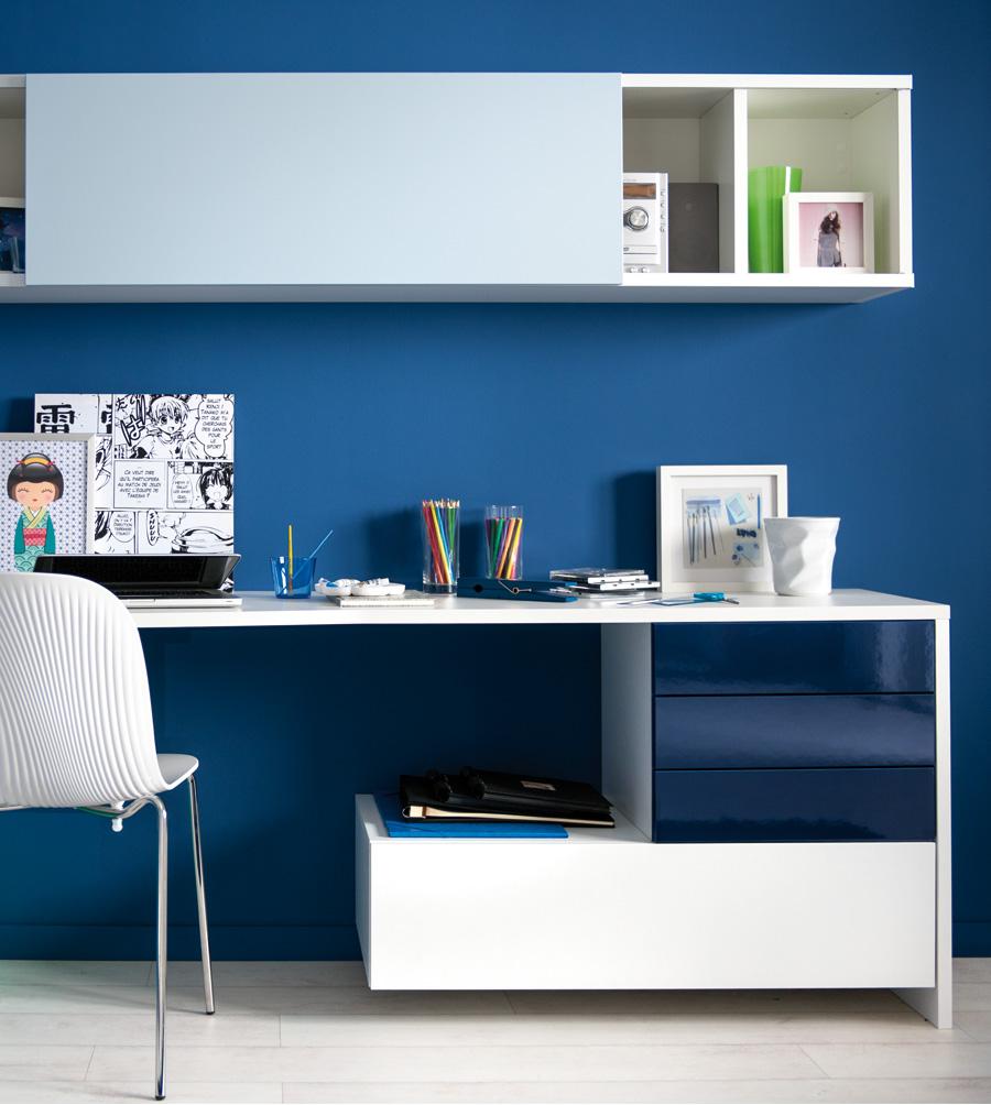 Bureau et meuble haut blanc avec façades bleues