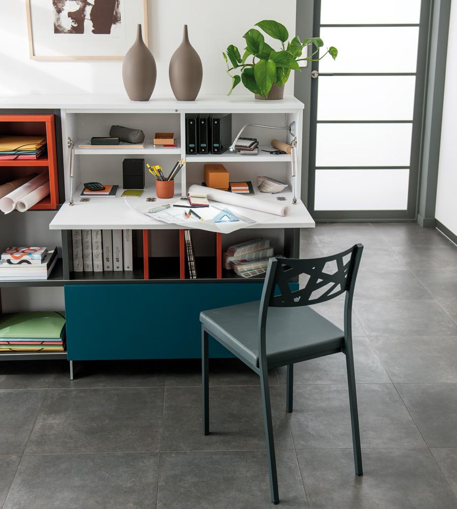 Espace de travail d'appoint ouvert dans un meuble d'entrée