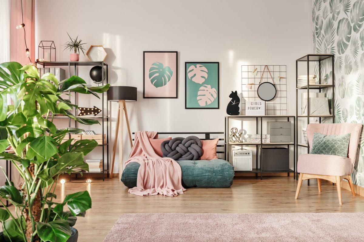 Salon avec déco design rose pastel et vert