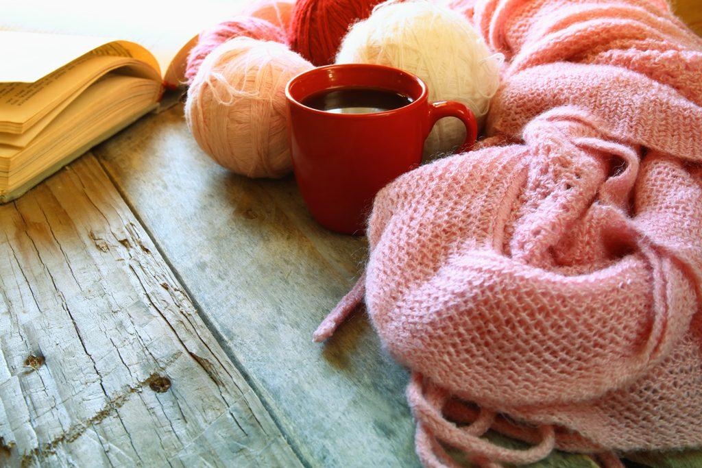 Tasse rouge et tissus en laine rose
