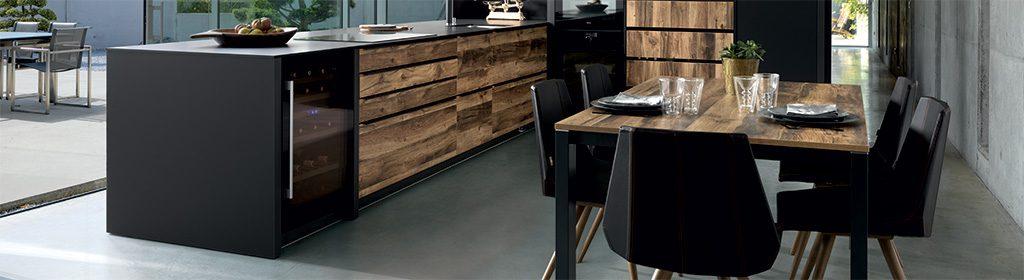 cuisine équipée sur mesure noir et bois avec cave à vin