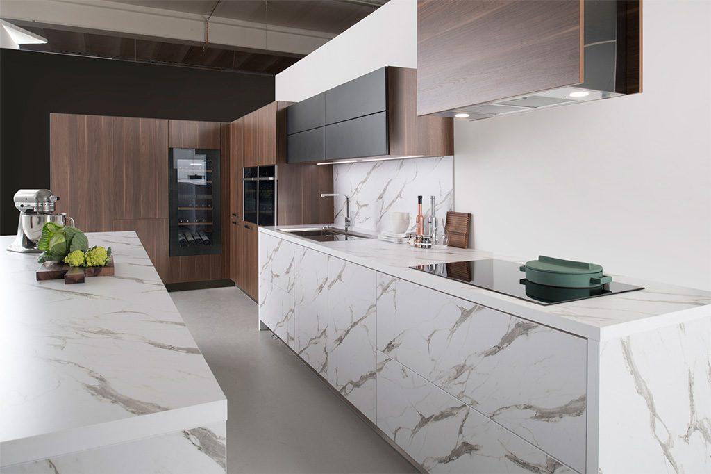 cuisine équipée bois et blanc avec ilôt central et cave à vin