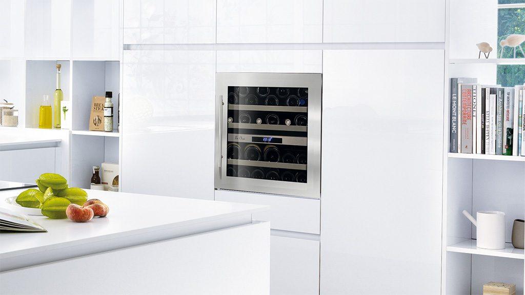 cuisine équipée blanche avec cave à vin intégrée