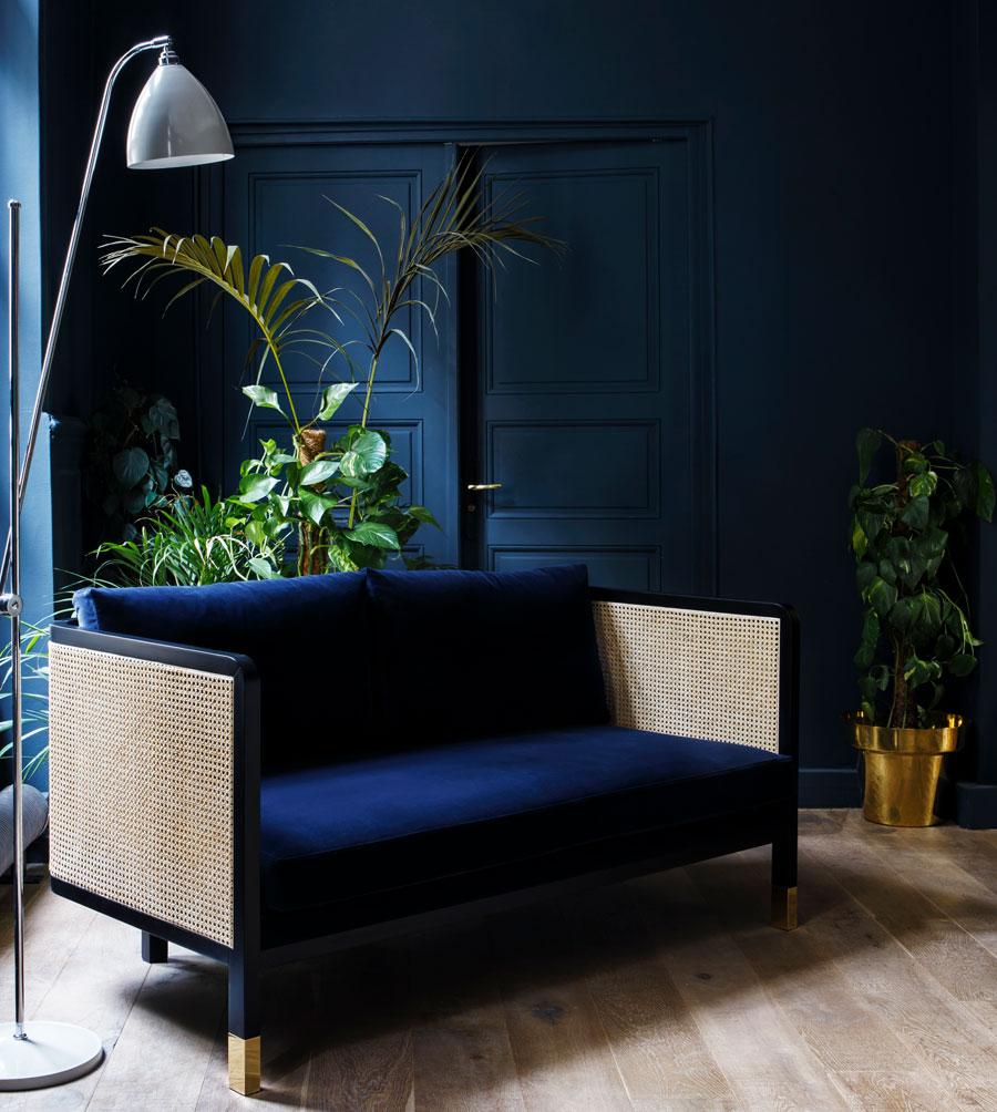 Canapé en cannage et velours bleu marin, Red Edition
