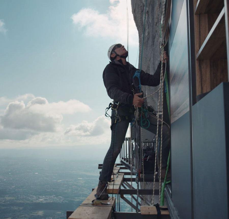 Alpiniste dans la cuisine nichée à flanc de montagne