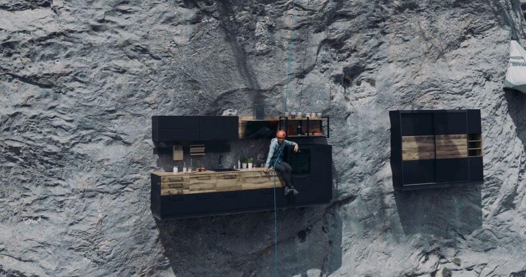 Kenton Cool installé dans sa cuisine et son dressing lors du tournage de Vertical Home