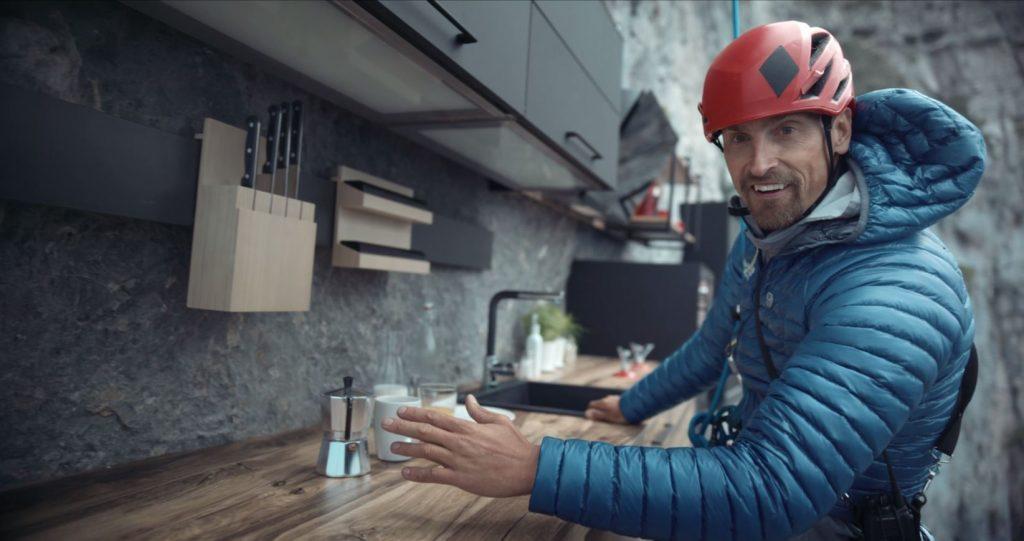 Vue de l'alpiniste Kenton Cool dans la cuisine avec crédence longitude installée sur la roche