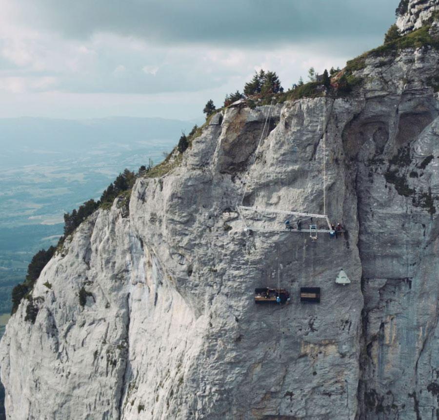 Vue d'ensemble de la montagne du Parmelan avec la cuisine, dressing et tente installés sur la falaise avec le grill au dessus