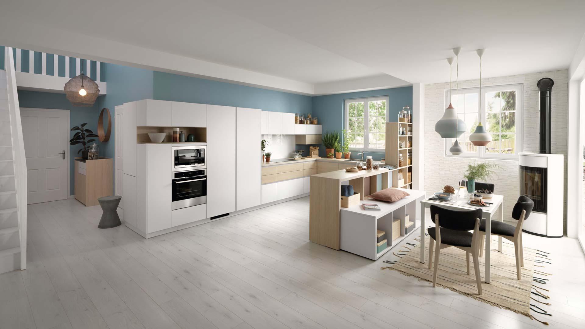 cuisine ouverte blanche et bois et salle à manger