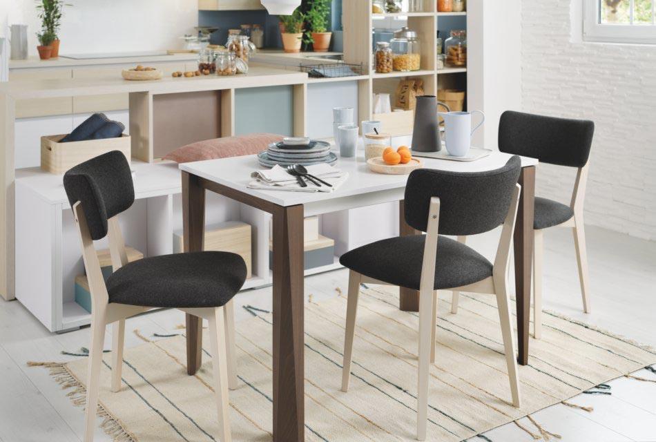 espace repas avec table blanche pieds marrons et chaises grises et bois en tissu