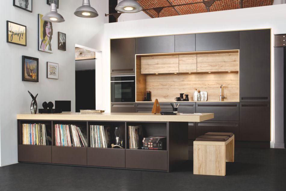 cuisine contemporaine encastrée avec niches de rangement