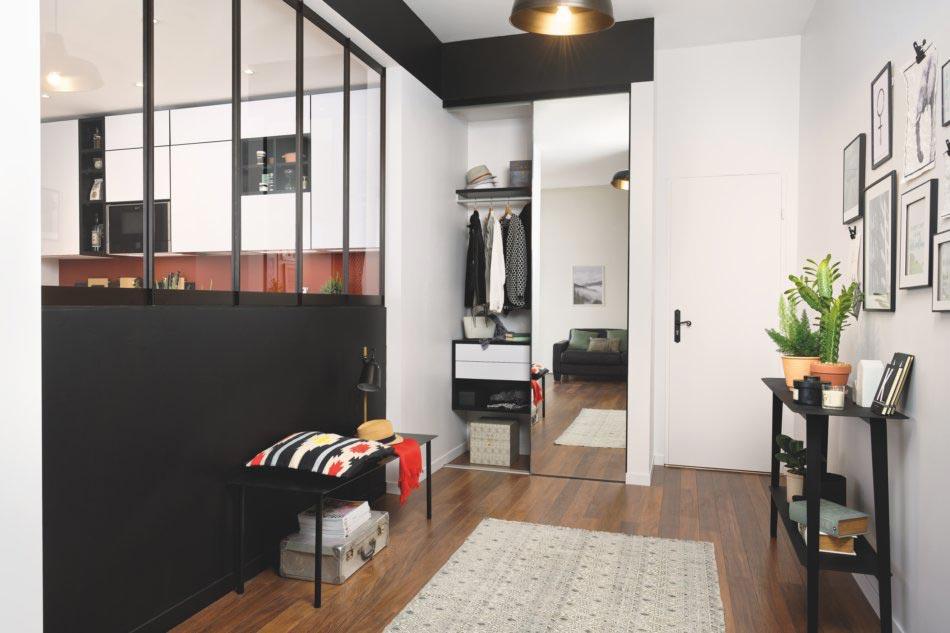Petite cuisine design avec verrières séparée de l'entrée