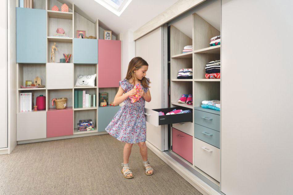 meubles avec tiroirs adaptés aux enfants