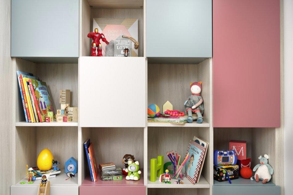 étagères avec niches pour rangement jouets enfants