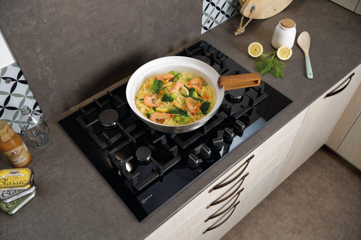 cuisine moderne avec plaque de cuisson gaz