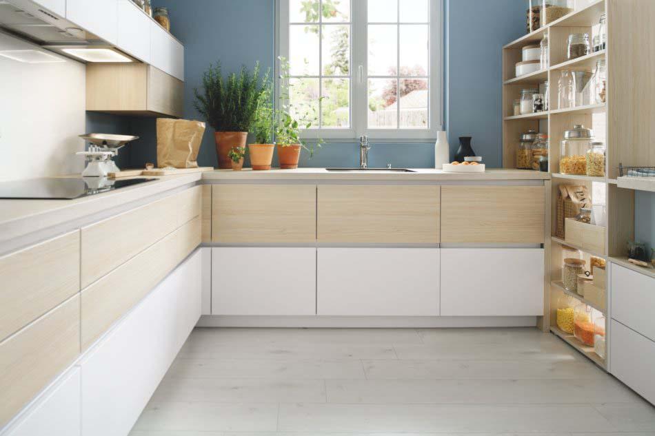 Cuisine sans poignée style moderne blanc bois avec façade à gorge