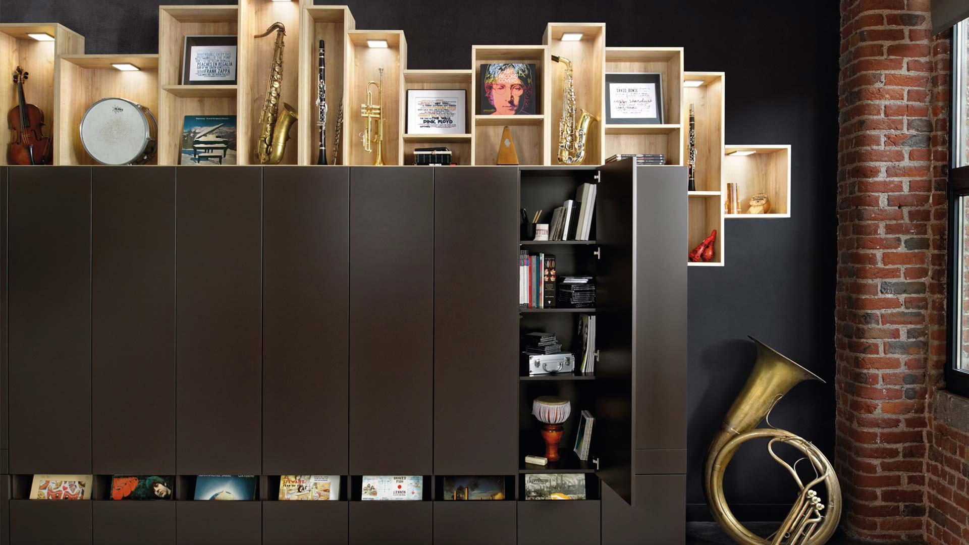 Bibliothèque moderne sur mesure avec portes battantes