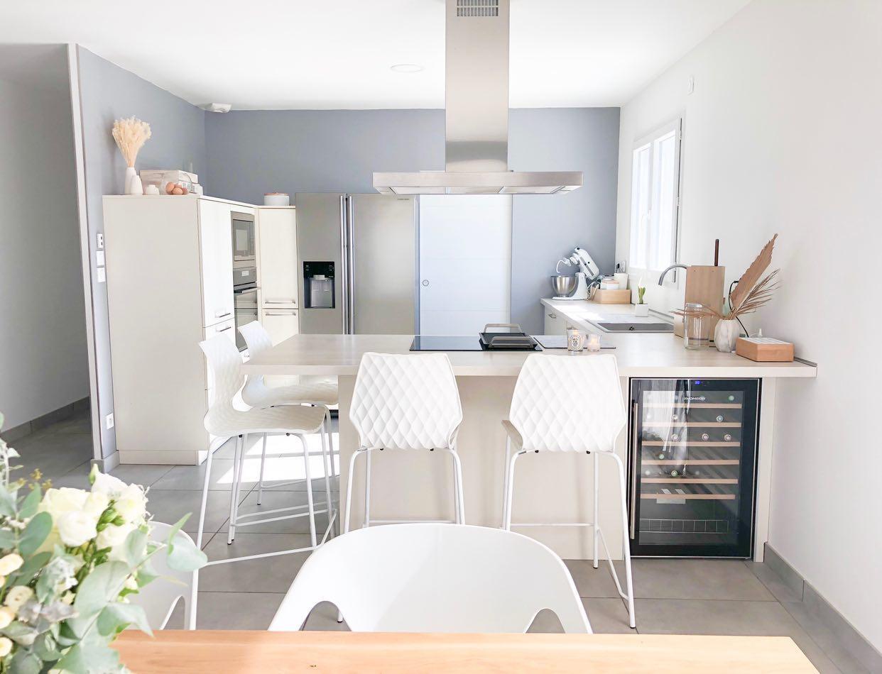 La cuisine ouverte de Gwen réalisée par Schmidt, coloris Strass Magnolia et chaises hautes Kami