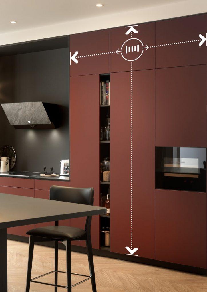 Cuisine rouge et noire avec meuble colonne de rangement toute hauteur