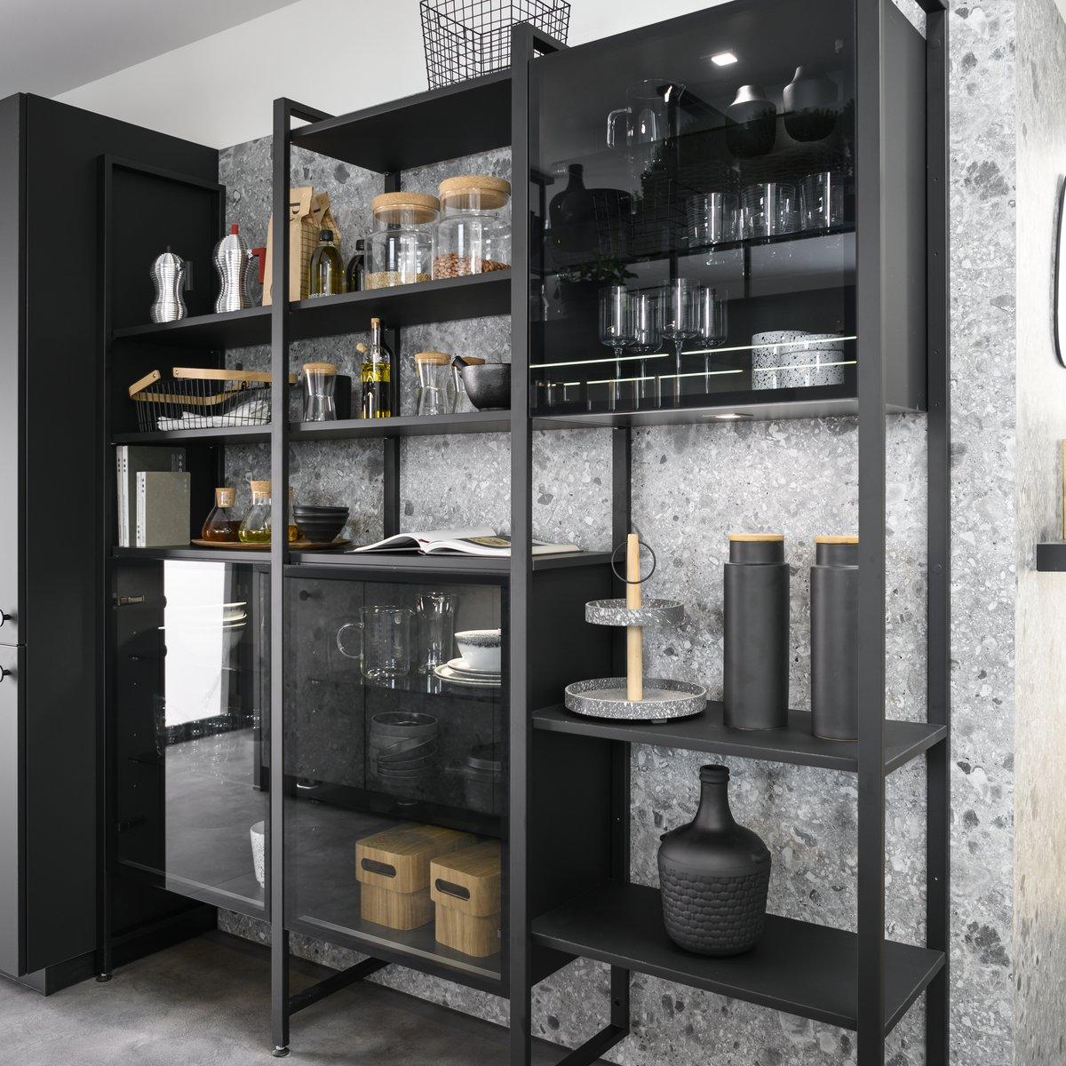 Etagères métalliques noires de cuisine avec vitrines fumées