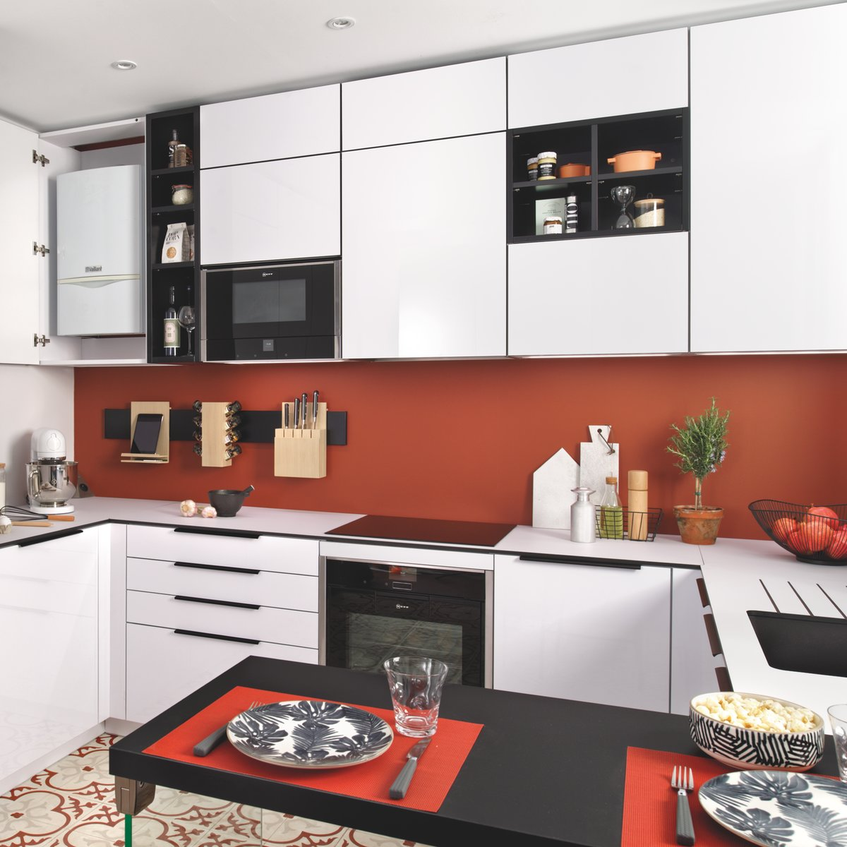 Cuisine petit espace avec meubles de rangement hauts