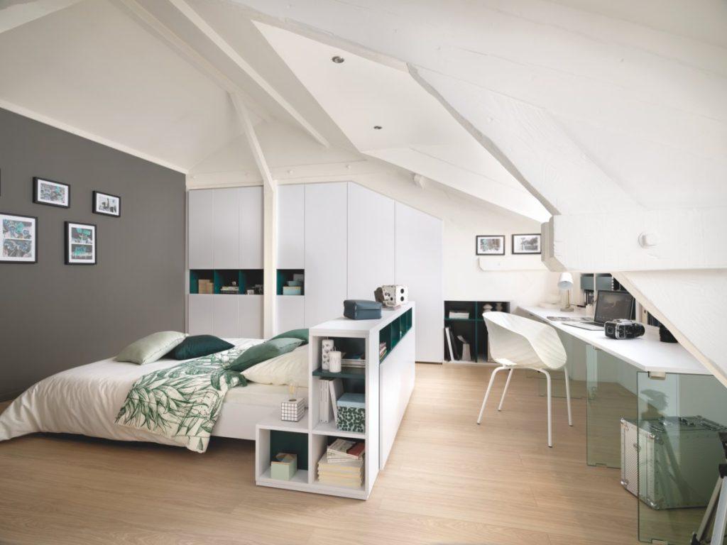 Chambre mansardée avec dressing sous pente intégré et bureau