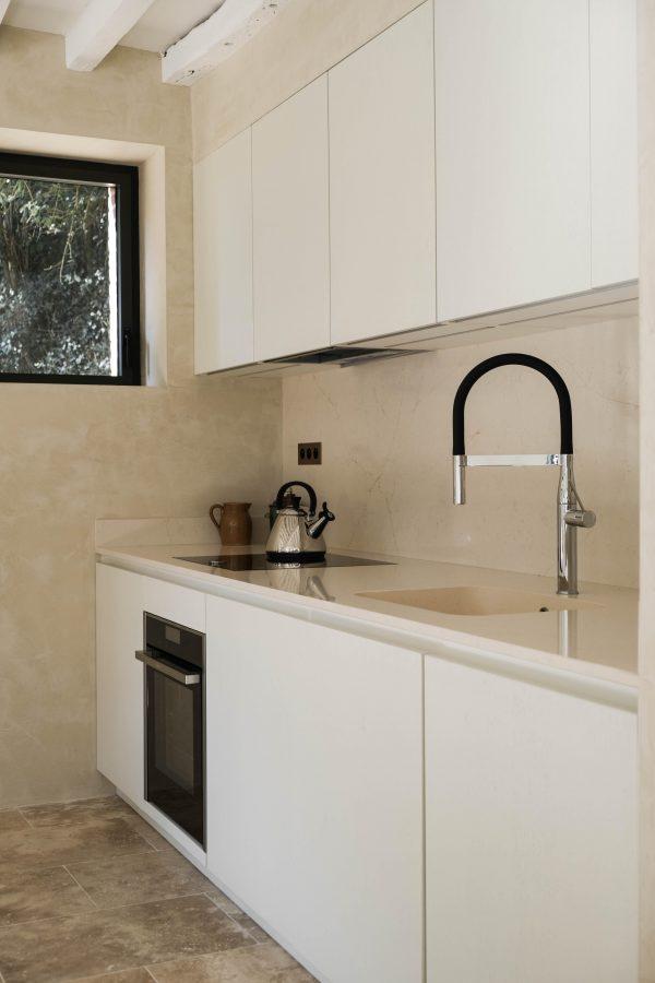 Une cuisine blanche sans poignées...