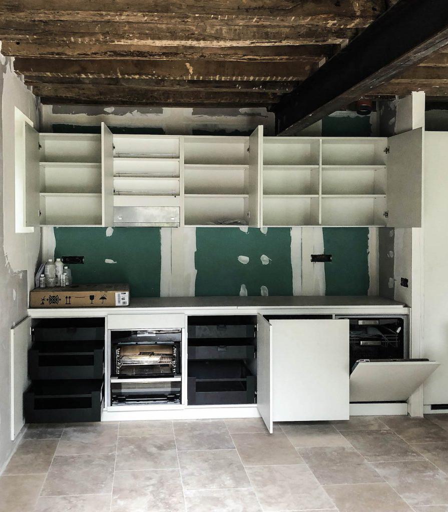 Installation des meubles hauts et bas de la cuisine.