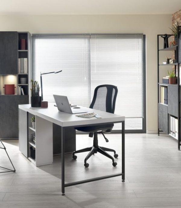 Bel espace de travail aménagé dans une pièce dédiée
