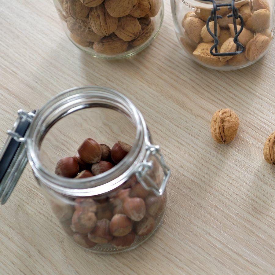 Conservation des fruits secs en bocaux.