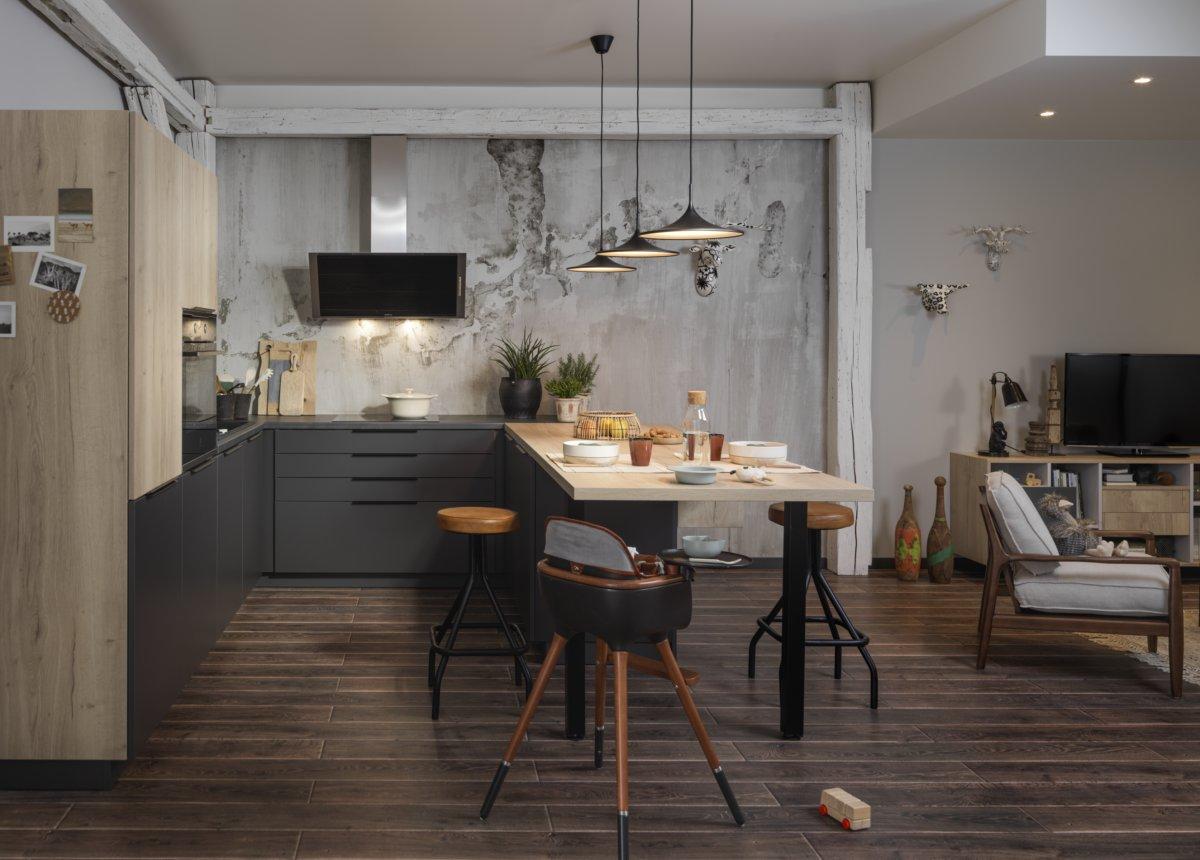Petite cuisine ouverte sur le salon avec un mur en papier peint