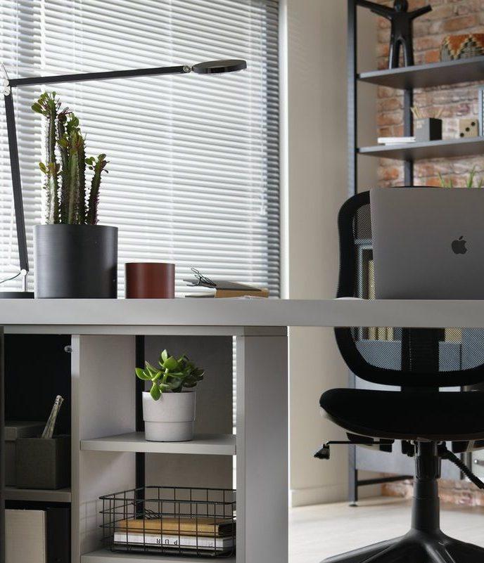 Une lampe de bureau design pour donner du style.