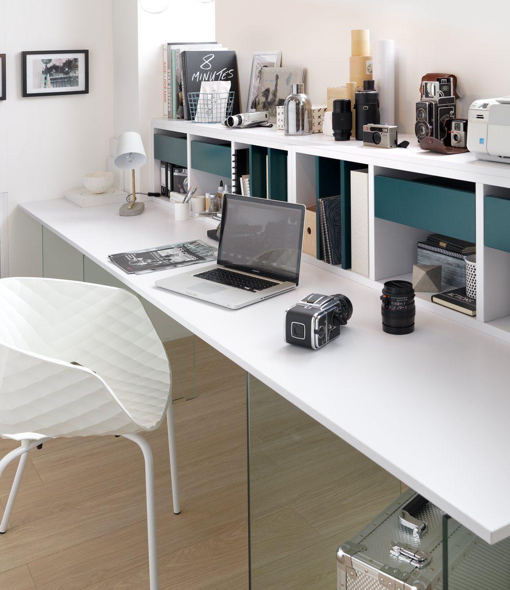 Optez pour des objets vintage sur un bureau épuré.