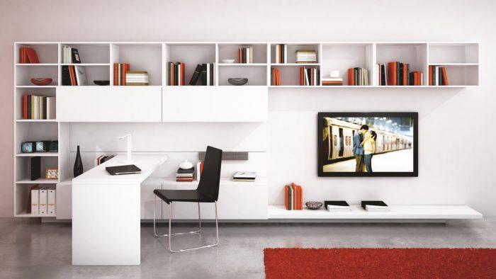 Bureau dans salon avec meuble tv