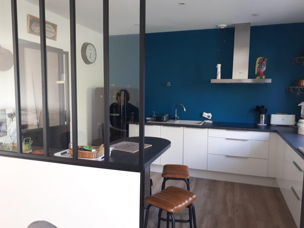 Cuisine bleu pétrole avec verrière et meubles blancs