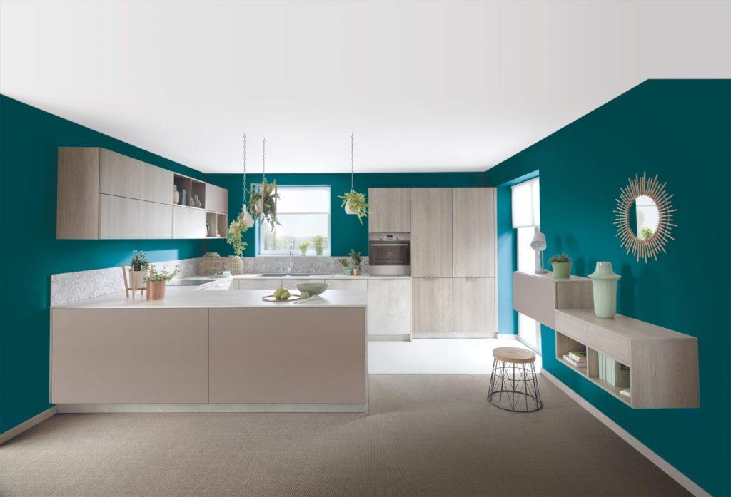 Murs bleu canard et meubles bois