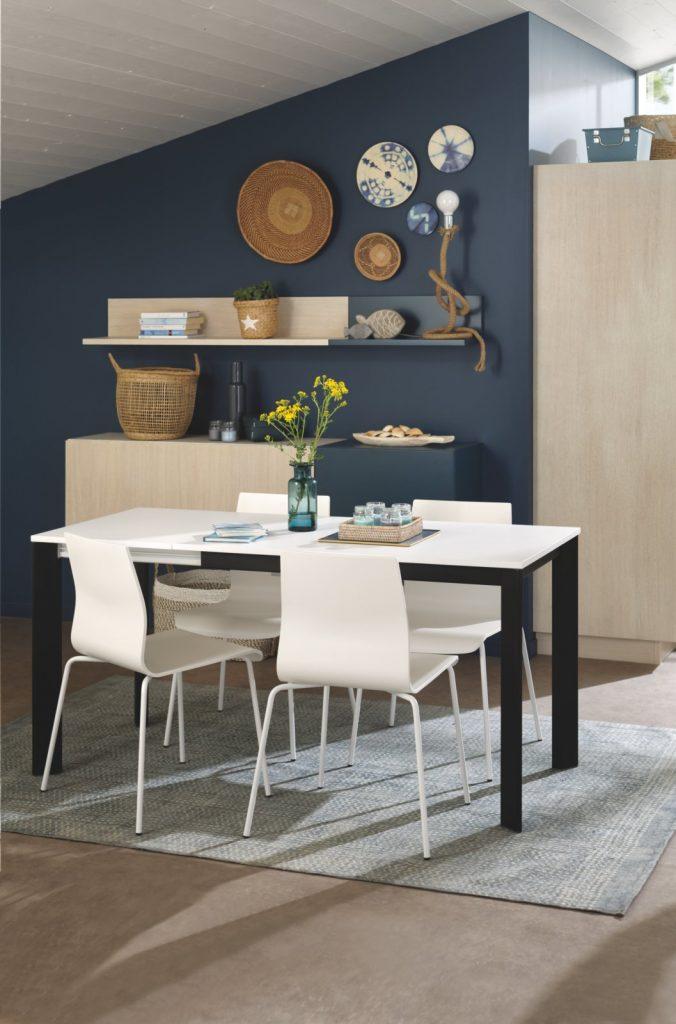 Mur bleu avec meuble déco bois