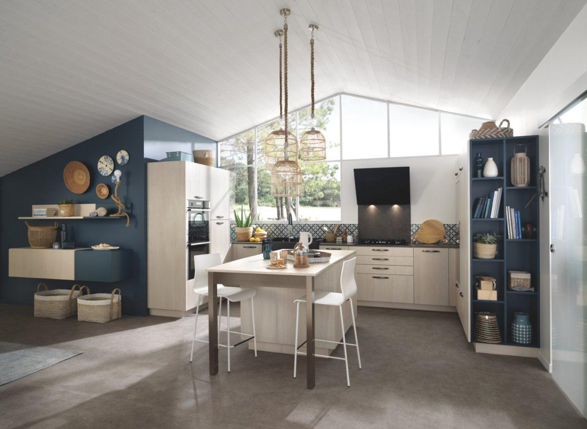 Cuisine meubles bois et murs bleus
