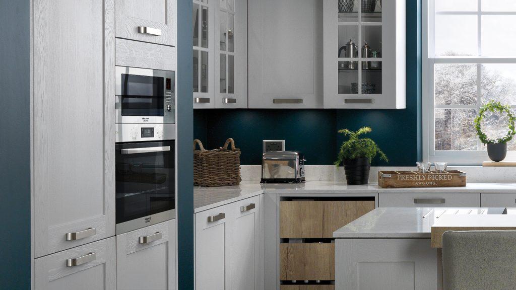 Peinture bleue et meubles blanc de cuisine