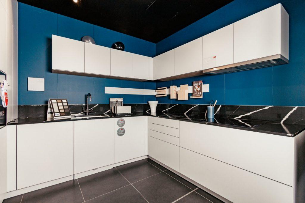 Cuisine avec murs bleus et meubles blancs