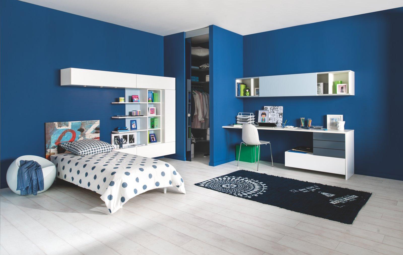 Chambre enfant bleue et blanche avec bureau
