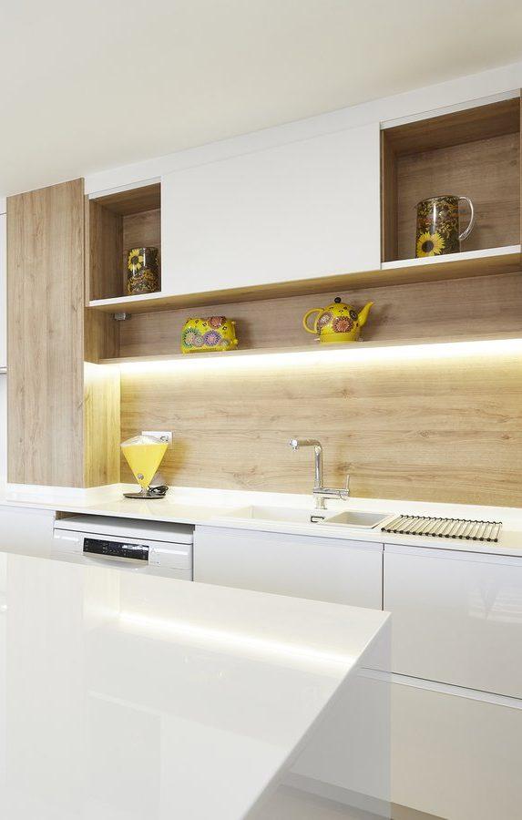 Créez une atmosphère chaleureuse avec cet éclairage intégré.
