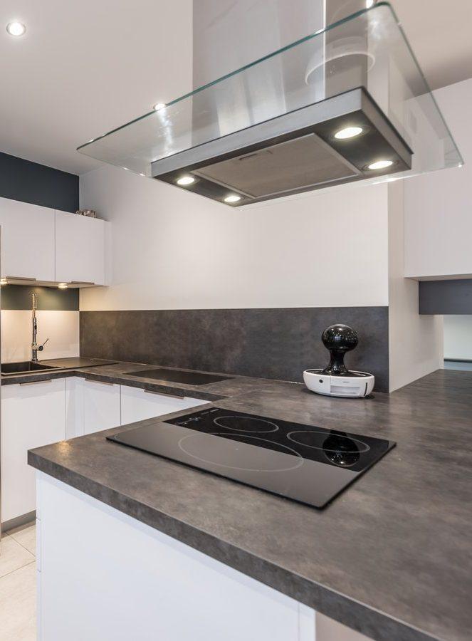 La crédence gris anthracite apporte une touche contemporaine à cette cuisine.