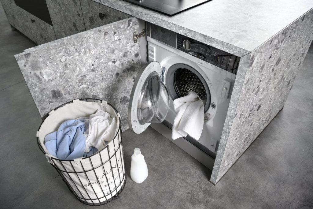 Linge à laver avec machine encastrée