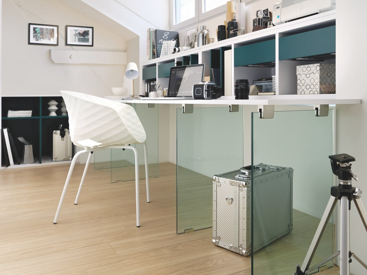 Bureau blanc sous combles avec pieds en verre