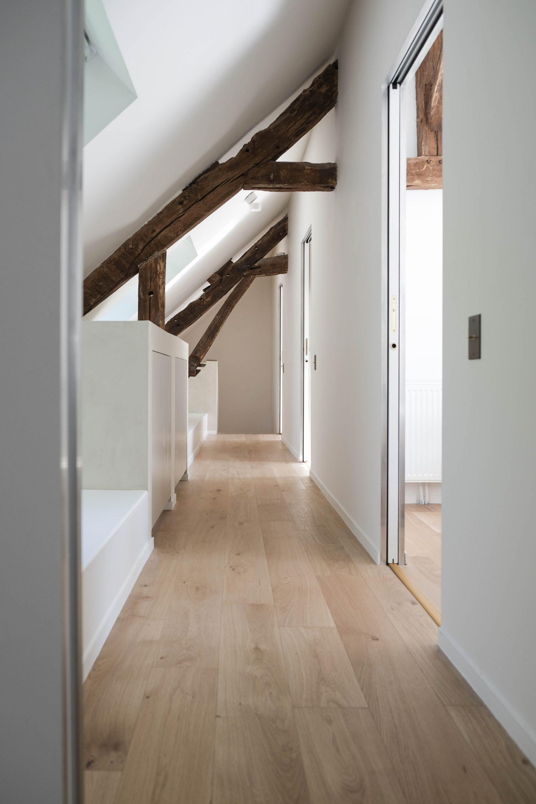 Grâce aux velux et aux tons blancs, ce couloir est naturellement éclairé.