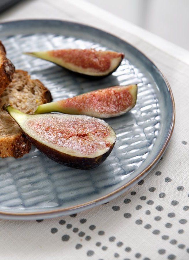 De délicieuses figues à manger avec du pains aux céréales accompagné d'un délicieux fromage de saison.
