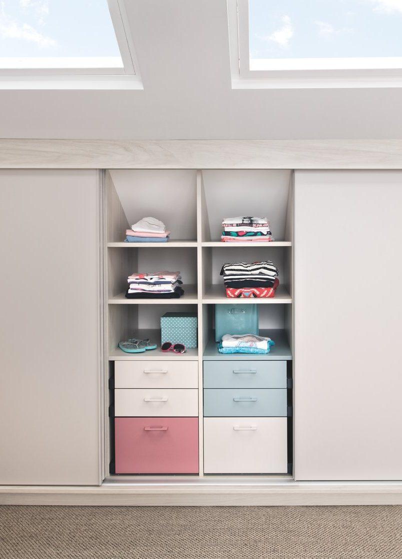 Aménagez des rangements et caissons sur-mesure pour optimiser votre pièce sous-pente.