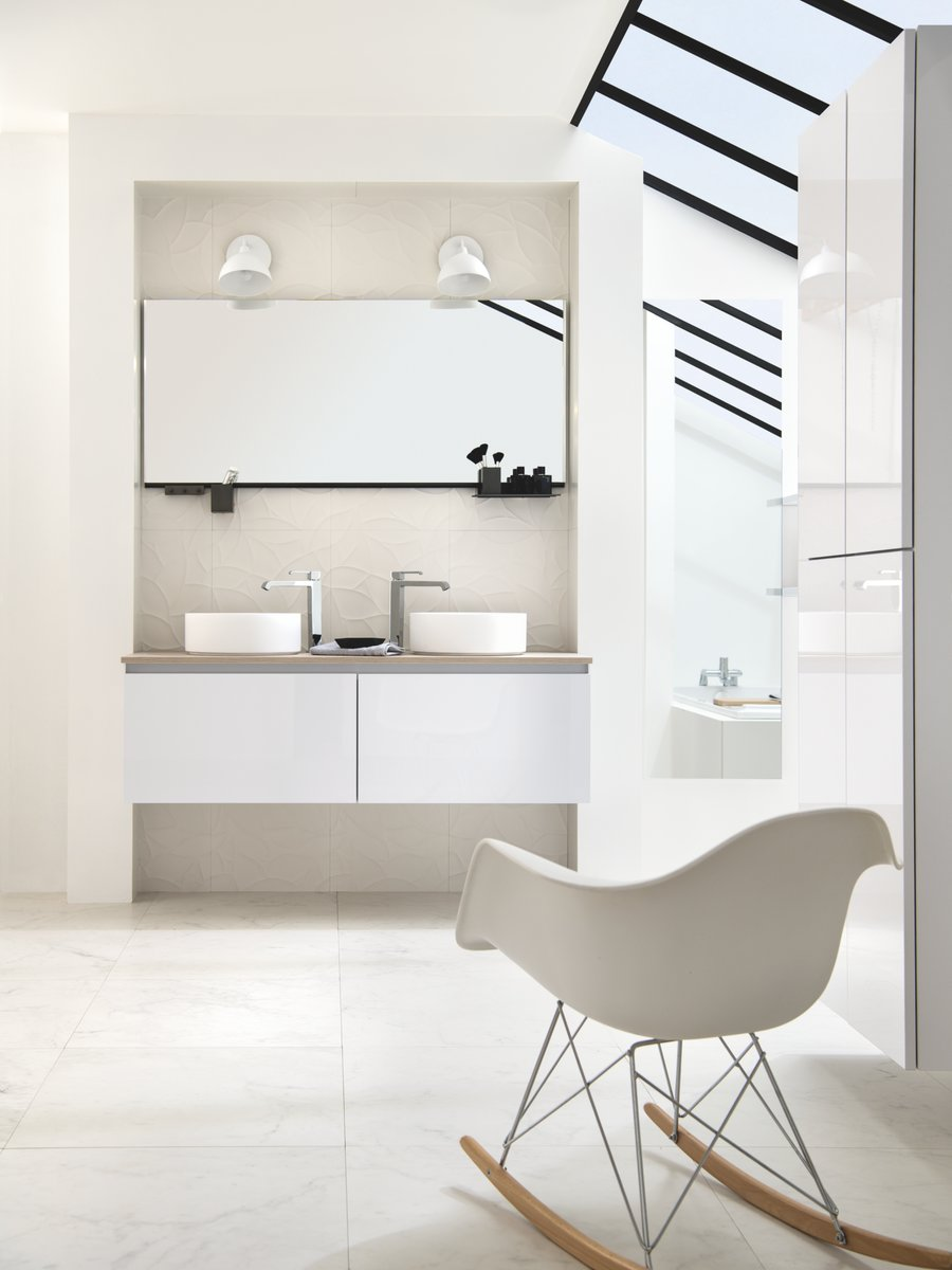 Les miroirs et le ton sur ton blanc apportent plus de clarté et de volume à cet espace bains.